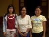5-unsere-englisch-lehrerin-shirley-mit-den-beiden-betreuerinnen-shwe-taung-tan